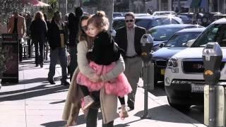getlinkyoutube.com-Jessica Alba and Daughter Honor Marie Keep Warm In Santa Monica