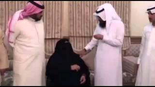 getlinkyoutube.com-رجل الأعمال السعودي  الشيخ علي بن سعيد آل سلامه القحطاني يقوم بزيارة  والدة الشهيد