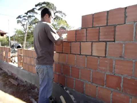 assentando tijolo, fazendo parede