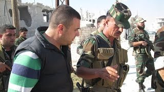 getlinkyoutube.com-مطأطئ الرأس مذلول .. شاهد كيف أهان ضابط علوي إعلامي بتلفزيون النظام هتف لسوريا !