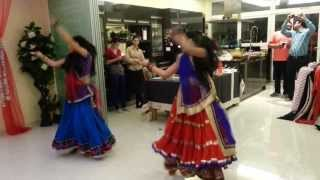 getlinkyoutube.com-Nagada Sang Dhol By Diya Patel & Mansi Patel