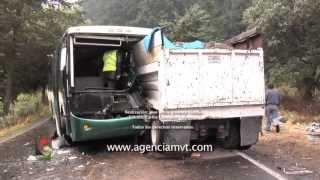 getlinkyoutube.com-Chocan de frente un autobús de pasajeros y un camión de carga