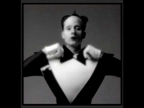 Cant Help Falling In Love de Klaus Nomi Letra y Video