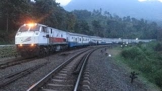 getlinkyoutube.com-Kereta Api : Persilangan Senja di Stasiun Lebak Jero