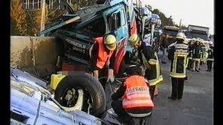 getlinkyoutube.com-Feuerwehr Stuttgart: HEAVY TRUCK ACCIDENT / Schwerer Lkw-Unfall, AK Stuttgart, 12.10.1998