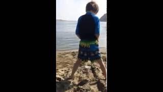 getlinkyoutube.com-Boy PEES on public beach in broad daylight!