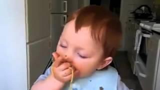 طفل     ياكل    مكرونه     اسبكتي