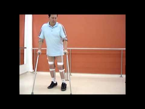 Paciente paraplégico com órtese de reciprocação WalkAbout
