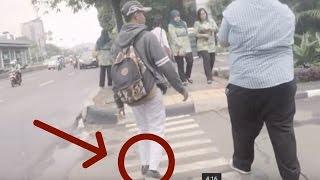 MENGETES ORANG INDONESIA SAAT KERTAS JATUH BERANTAKAN - social experiment