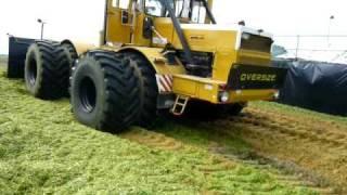 getlinkyoutube.com-Kirovets K700A beim Grünroggen schieben