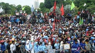 getlinkyoutube.com-Demo di Istana, Ribuan Buruh Tolak Upah Murah dan PHK Massal - VIDEO BERITA TERKINI