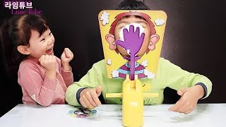 getlinkyoutube.com-손바닥 룰렛 복불복 첼린지 장난감 게임 놀이 Pie Face Challenge Toys Silly Funny Hand Roulette Board Game Игрушки 라임튜브