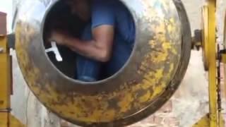 getlinkyoutube.com-QUANDO O ENCARREGADO NÃO ESTÁ NA OBRA (Peão dentro da betoneira)
