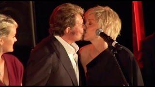 getlinkyoutube.com-Le baiser du scandale entre Johnny Hallyday et Sharon Stone !