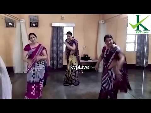 Hot Aunties big  Navel show during dance practice