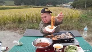 getlinkyoutube.com-BJ김여포//황금빛들판 벼냄새맡으며 먹는 삼겹살맛~~(치즈불닭면,육개장)