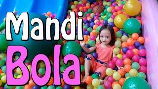 getlinkyoutube.com-Permainan Mandi Bola, Perosotan, Mobil2an, Trampoline Anak | ChikaMimiHD