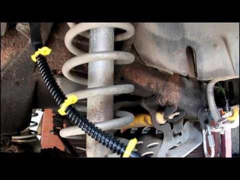 Замена передних и заднего тормозных шлангов Land Rover Defender Ленд Ровер Дефендер 2005 года