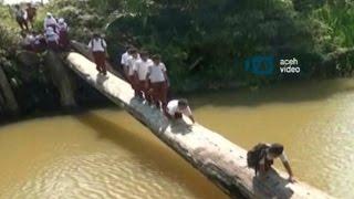getlinkyoutube.com-Siswa SD di Singkil Menantang Maut ke Sekolah