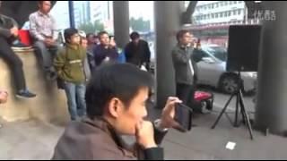 getlinkyoutube.com-《偏偏喜欢你》街边卖唱男子天籁歌喉秒杀《中国好声音》