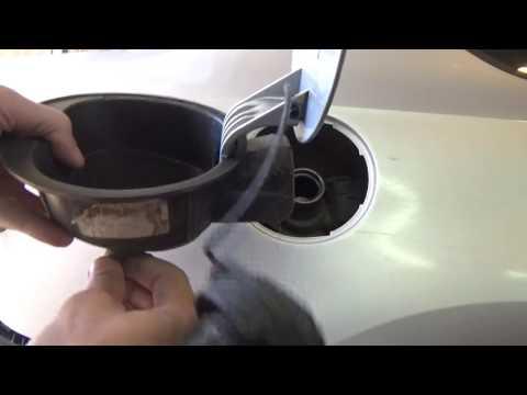 Как снять люк бензобака на Volkswagen Polo V.