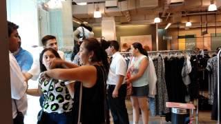 getlinkyoutube.com-Mujeres peleando con guardias en tiendas Paris