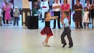 getlinkyoutube.com-Màn nhảy đẹp mắt của 2 em bé - Beautiful dance of 2 children