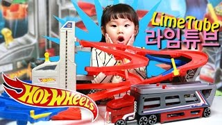 getlinkyoutube.com-핫 휠 슈퍼 빙글빙글 고속도로 세트와 카 캐리어 장난감 놀이에 빠진 라임! LimeTube & Toys