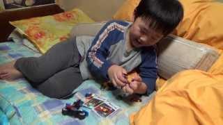 레고 슈퍼 히어로 미니 피규어 장난감을 가지고 노는 아이