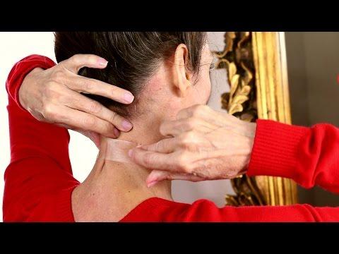 Mulheres usam fita adesiva para deixar o pescoço mais jovem