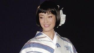getlinkyoutube.com-宮沢りえ 艶やかな着物姿を披露!やっぱり美しい!鈴乃屋 清鈴苑「きものショー」