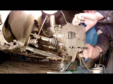 Расположение передних тормозных колодок в Шкода Octavia A5