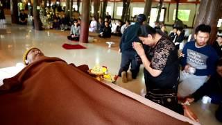 getlinkyoutube.com-รดน้ำศพโยมอ๋า แซ่อึ้ง ณ ศาลาพระอรหันต์ วัดป่าภูผาสูง - พระมหาธีรนาถ19/1/60