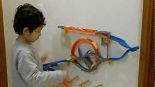 getlinkyoutube.com-O Tiago e a Super Pista Wall Tracks do Hot Wheels