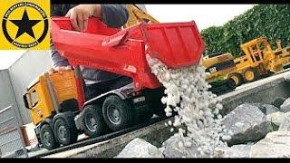 getlinkyoutube.com-BRUDER 03623 - Mercedes Arocs Dump Truck played by Jack (3)