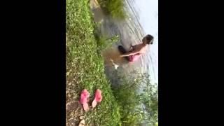 Mulher se assusta no rio e joga a cobra pra cima (AI É UMA COBRA)