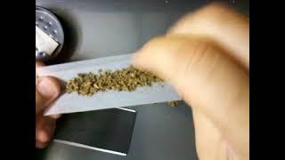 getlinkyoutube.com-Fazendo (bolando, apertando) um cigarro com metodo do cartao