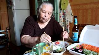 getlinkyoutube.com-Бабушка ест суши.