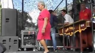 getlinkyoutube.com-Abuela bailando muy sexy el tema 'Sopa de Caracol'
