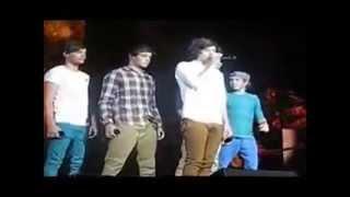 getlinkyoutube.com-Los chicos molestando a Harry Styles en pleno concierto ;D
