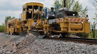 getlinkyoutube.com-INDONESIAN TRAIN : Plasser & Theurer 09-32 CSM DUOMATIC berpapasan dengan KA 140