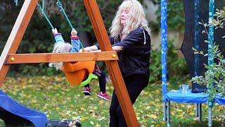 Алла Пугачева играет с двойняшками во дворе замка