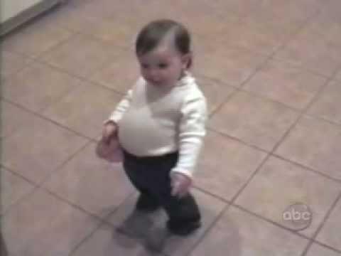 Devojčica imitira trudnu mamu