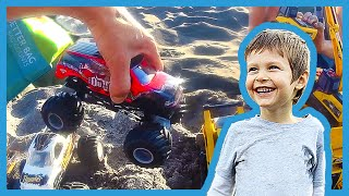 getlinkyoutube.com-Toy Monster Trucks Ramp at the Beach