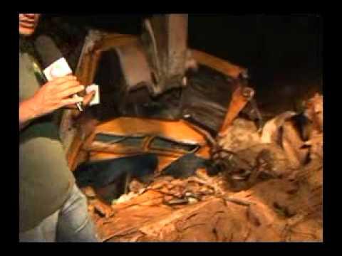 Caminhão boiadeiro cai em ribaceira no Anel Viário