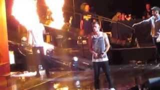 Zayn salva a Harry del fuego en pleno concierto!