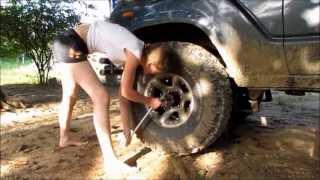getlinkyoutube.com-17 year old girl repairs Land Cruiser!