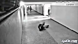 getlinkyoutube.com-كاميرا مراقبة ترصد شاب حاول سرقة فتاة ولكن اتضح انها تلعب كاراتيه