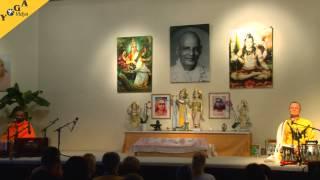 Swami Tatvarupananda und Sukadev zusammen auf der Bühne im Sivananda Saal