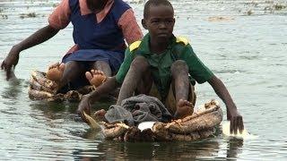 getlinkyoutube.com-Schüler in Kenia paddeln an Krokodilen vorbei zur Schule